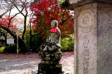 <p>The color of the maple echoes the statue&#39;s apron</p>
