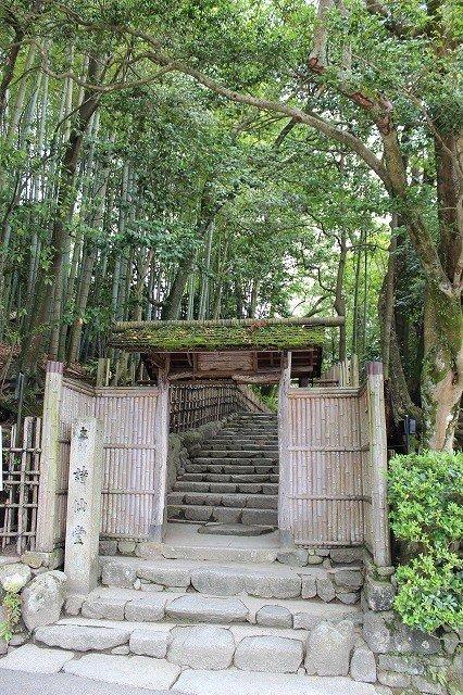 """시선당은 통칭으로, 정식명은 """"오토츠카""""이라고 한다. 기복이 있는 울퉁불퉁한 땅에 건립했다는 의미. 이 대숲 양옆에 가진 문은 """"소유도이라고 한다"""