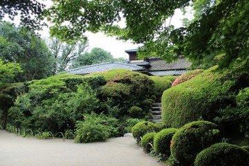 시센도의 정원은 카라요테이엔으로 불린다. 남면의 경사로 펼쳐진 이 정원은 죠잔의 취향이 었다