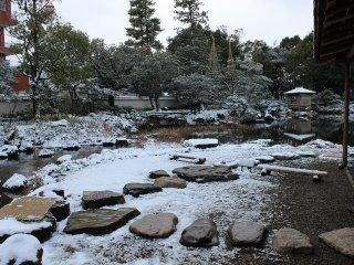 江戸初期、福井藩松平家の別邸として建てられた