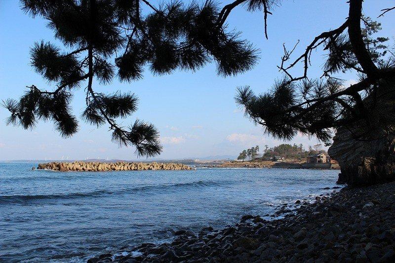 向こうの砂浜は「浜地」。夏は海水浴客でにぎわう