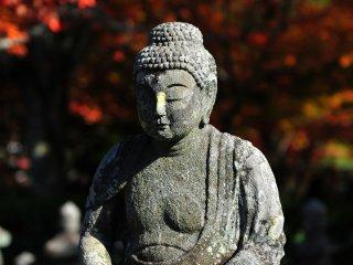 あだしの念仏寺は、鳥居本の下地区にある浄土宗の寺。山号は華西山。あだしのは東山の鳥辺野(とりべの)、洛北の蓮台野と並ぶ平安時代以来の墓地であり、風葬の地として知られる
