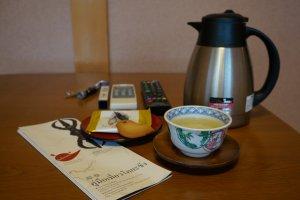ชา ขนม แผ่นพับภาษาไทย และพวงกุญแจพร้อมไฟฉาย หรูอะ