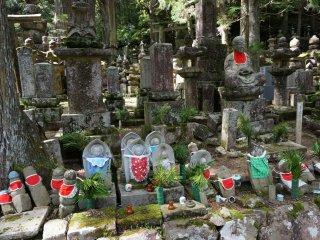 รูปปั้นสุสานเต็มไปหมด ระหว่างทางเดินไปสุสานท่าน Kobo ดูแล้วเพลิน