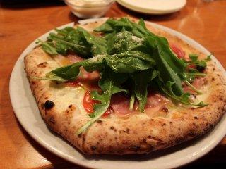 バードランド一番人気メニューのピッツァ「カプレーゼ」。トッピングのルッコラは近くの農家が直々に栽培する。鮮度と品質の高さに誰もが唸る
