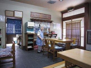 長浜名物とまで呼ばれる親子丼が美味しい店「鳥喜多支店」。おばあちゃんは店の顔である