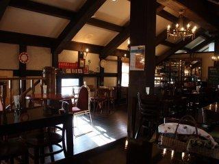 長浜地ビールが楽しめるレストラン「ヴェリータ」。山荘風の内装が良い