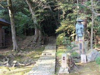 竜泉庭に通じる。脇にはお遍路さんの銅像