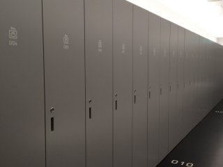 Lockers to keep your belongings during your stay at the capsule hotel
