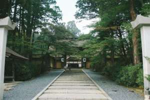 Selamat datang di Kuil Kongobuji. Jalan menanjak menuju pintu masuk Kuil Kongobuji.