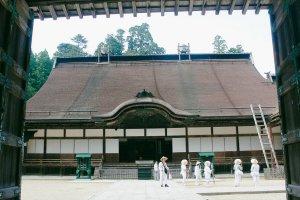Dari pintu gerbang terlihat peziarah berpakaian serba putih memenuhi pelataran kuil.