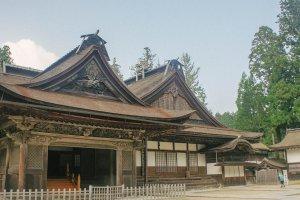 Salah satu aula untuk berdoa dan menaruh persembahan. Terlihat bangunan kayu yang megah, kokoh, dan tua.