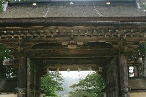Pintu gerbang atau torii yang terlihat gagah melindungi Kuil Kongobuji.