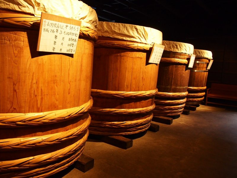 <p>Огромные (выше человеческого роста) деревянные бочки для ферментации мисо.</p>