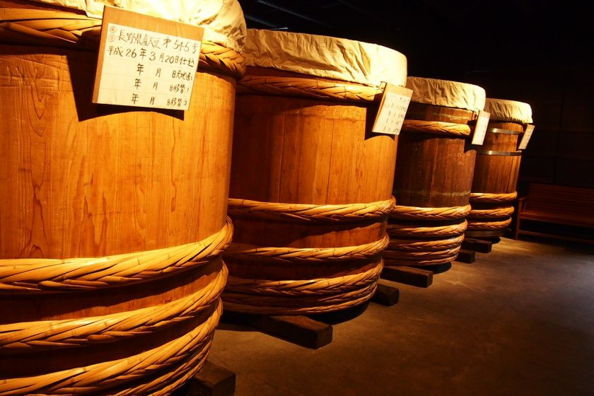 Thùng gỗ lớn (cao hơn chiều cao của con người) để lên men miso.