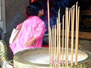 Um visitante do templo olha para o altar