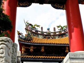 Vista do Kanteibyo do portão de fora, junto à estrada