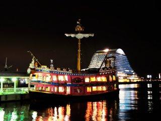 メリケンパーク 一際眼を引くカラフルな遊覧船