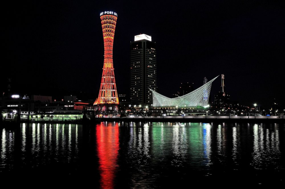 メリケンパークのシンボル 赤いワイヤーフレームのタワー、ポートタワーと神戸海洋博物館