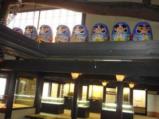 센다이 역에서 40분정도 버스를 타고 도착한 사칸 호텔. 다루마 인형들이 아이쿠 온천에 온 것을 환영해주고 있다.