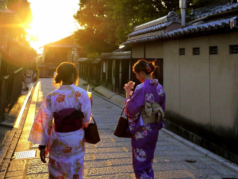 A Kyoto de nombreuses jeunes femmes portent le Yukata en été