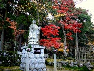 조각상과 붉은 단풍잎들