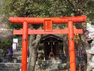 北野天満神社の本殿横にある「天高稲荷神社」