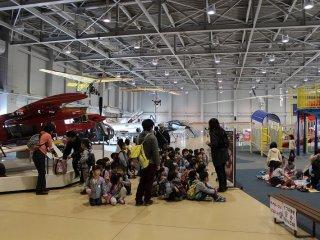 入場料無料なので、多くの幼稚園や小学校から見学者が訪れる