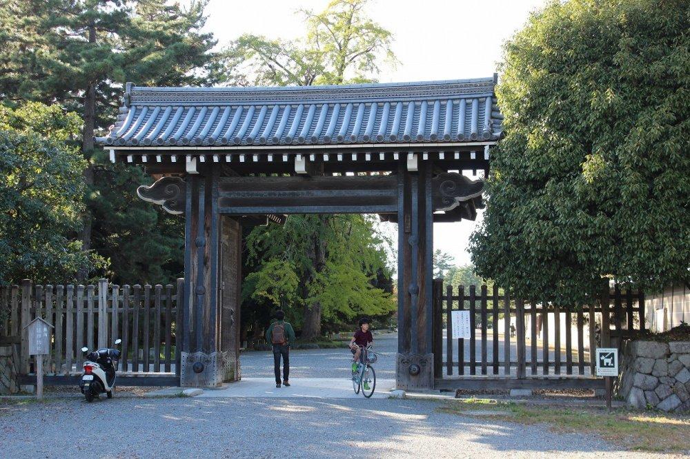 京都御苑の南沿いを走る丸太町通に面して立つ門「堺町御門」(さかいまちごもん)