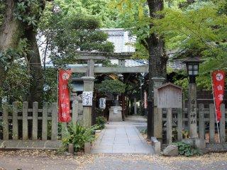 白雲神社(しらくもじんじゃ)。御苑内にはこうした神社がいくつもある。