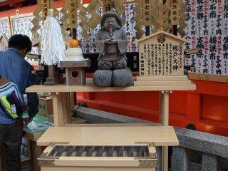 大黒様。元々はヒンズーの神様マハーカーラであるが、中国を経て日本に伝わり、呼び名と姿を変えた。食物、財福の神様である。ここには「祓戸(はらえど)大神」とある