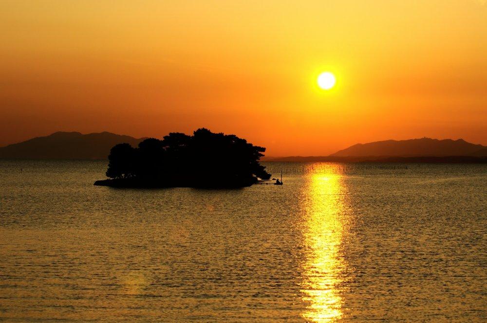 Le célèbre coucher de soleil rouge et or sur l'île Yomegashima