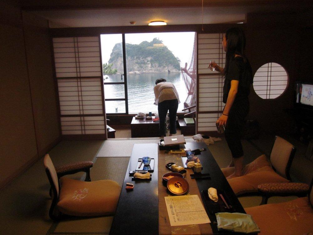 세이류 호텔의 방들과 서비스들은 전통적인 일본 방식으로 구성되어 있다; 도착하면 일본 전통 차와 간식이 다다미 방에 준비되어 있다.