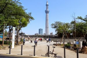 In front of Sumida Park my little bike and the Sky Tree Tower as a background; you also can see the many happy bikers in the pictures.