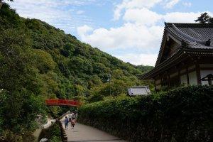 สะพานแดง ภูเขาเขียว ทางเดินริมแม่น้ำ