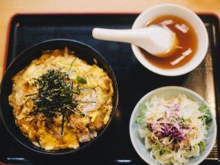 카쓰동 (치킨 또는 돼기고기 위 스크램블 에그와 김이 얹혀진 밥 )