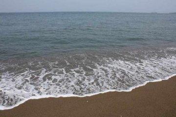 산리 해변은 미쿠니의 구즈류강 하구에서 뿜어낸 모래가 수만년이라는 긴 시간을 들여 해류를 타고 퇴적되었다