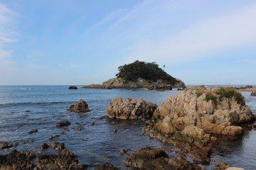 """같은 타카스 해안에서도 와카메마치에서는 이소하마로 변화한다. 사진의 섬은 전설의 """"가메지마"""""""