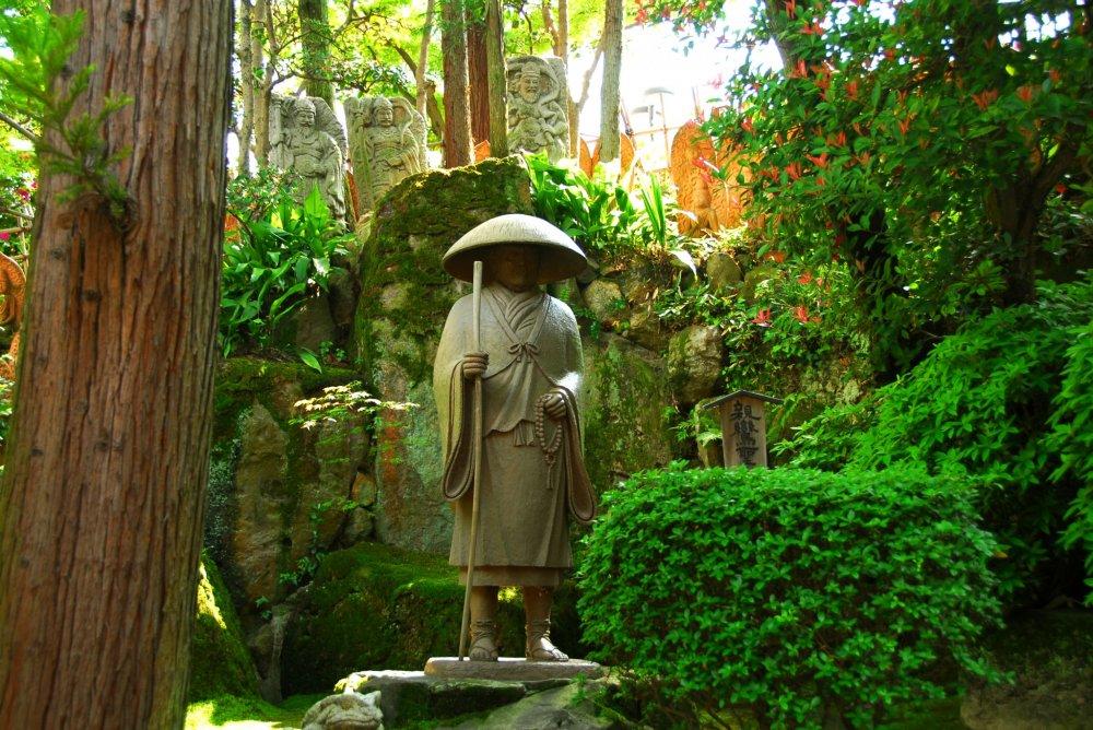 本堂裏にひっそりと立つ親鸞聖人像