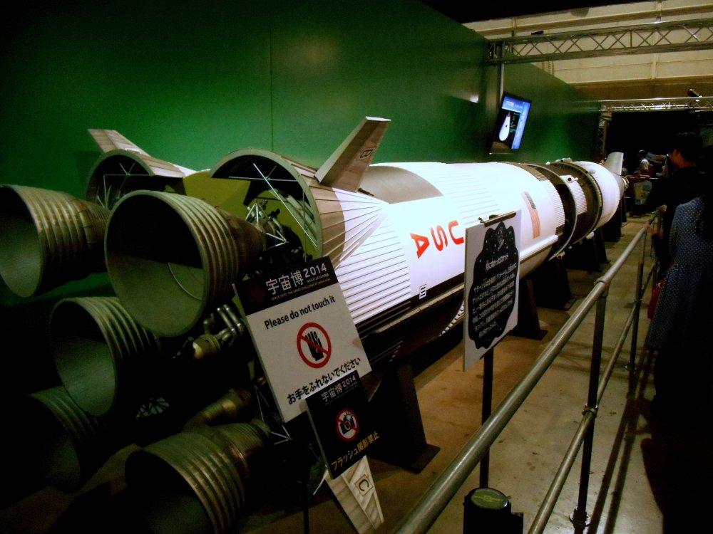 「サターンV」、NASA の使い捨て型ロケットで、アポロ計画及びスカイラブ計画で使用された
