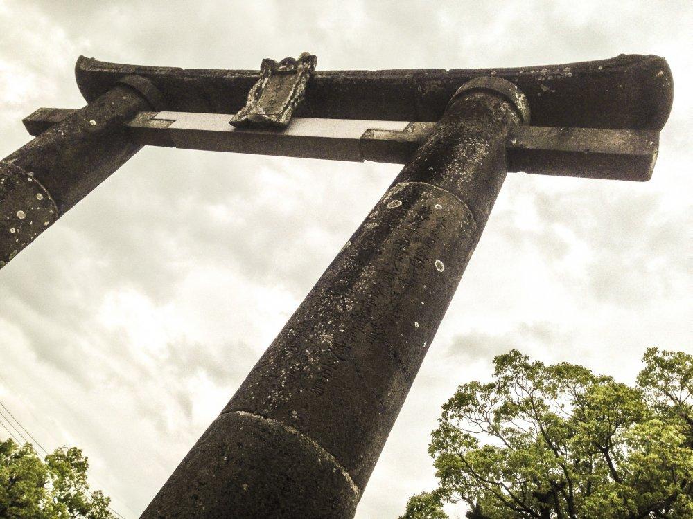 Cổng torii đặc biệt này (cổng truyền thống của Nhật Bản thường được tìm thấy tại đền Shinto) do Kitanokata Fujime, vợ của Naoshige Nabeshima, daimyo (lãnh chúa phong kiến) của Saga năm 1604 tặng. Nó được chỉ định là một tài sản văn hóa quan trọng của Saga ngày 11/2/1972.