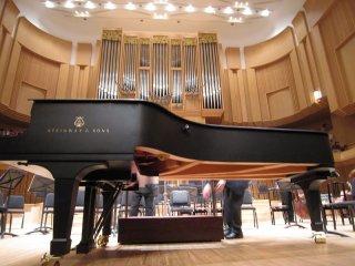 대홀. 피아노협주곡 연주시작전. 스타인웨이 피아노가 놓여져있다