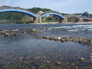 น้ำใสมาก ขนาดน้ำน้อยยังไหลแรง มิน่าเขาบอกสะพานไม่แข็งแรงจริงไม่รอด