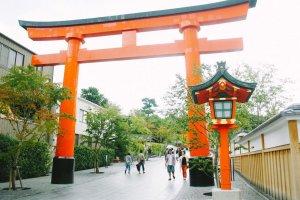 Selamat datang di Fushimi Inari Taisha. Pintu gerbang yang gagah nan menawan ini akan menyambut kedatangan Anda.