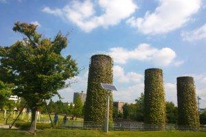 ปล่องไฟทั้ง 6 (Six Chimneys) อนุสรณ์สถานของโรงงานเก่าแก่ที่ยังคงถูกอนุรักษ์ไว้เป็นอย่างดีเช่นกัน ซึ่งฐานของปล่องไฟทั้ง 6 นี้ เก็บไว้เพื่อเป็นอนุสรณ์อุทิศให้กับอุตสาหกรรมเซรามิกของญี่ปุ่น