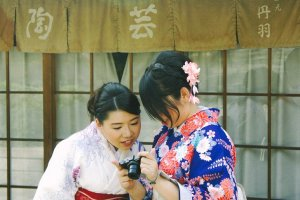 Dua wanita Jepang yang sedang menikmati Ninen-zaka dengan menggunakan pakaian tradisional; Komono & Yukata