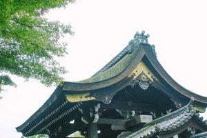 Sebuah pintu yang mungkin bisa menjadi jalan pintas masuk ke dalam kuil