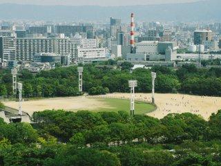 Dari lantai paling atas Anda bisa melihat pemandangan di sekitar, salah satunya lapangan baseball ini.
