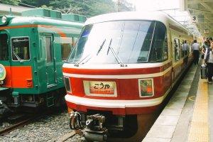 Kereta Nankai Koya Line terparkir di Stasiun Gokurakubashi