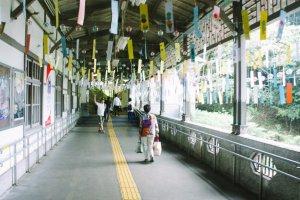 Lonceng dan kertas yang digantung di koridor ini sangat merdu jika tertiup angin